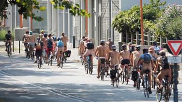 """Une cinquantaine de cyclistes naturistes ont pris part à la """"cyclonue""""."""