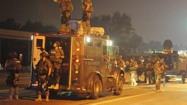 Des officiers de police du comté de Saint Louis, déployés lundi soir, dans les rues de Ferguson.