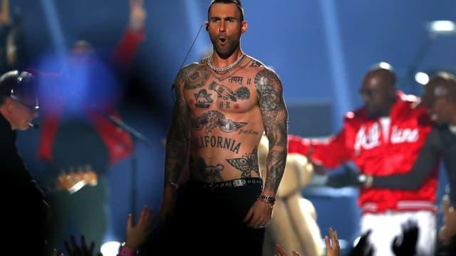 Adam Levine, leader de Maroon 5, lors du concert de mi-temps du Super Bowl