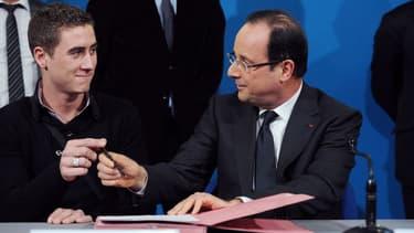 François Hollande devant le bénéficiaire d'un contrat d'apprentissage