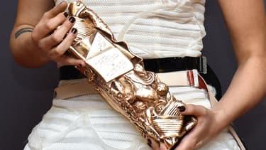 Kristen Stewart, tenant son césar dans les mains, en 2015.