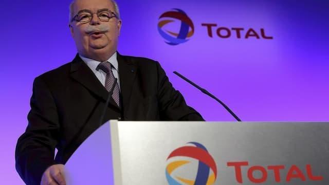 La nécessité de réduire la consommation de carburants pour diminuer les émissions de gaz à effet de serre fait qu'il y aura de nouvelles fermetures de raffineries en Europe et en France dans les années qui viennent, a déclaré dimanche le PDG de Total, Chr