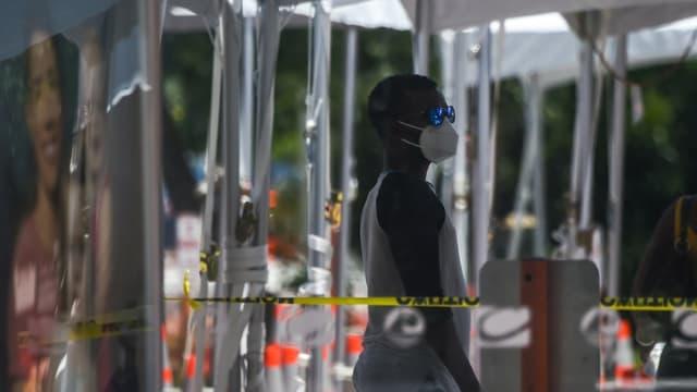 Un homme attend de se faire tester à Miami Beach, Floride, le 24 juin 2020.