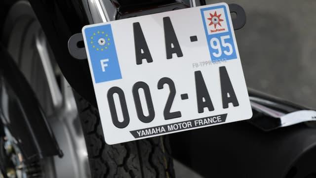 A partir de ce samedi, 1er juillet, toutes les motos neuves comme d'occasion doivent disposer d'une plaque d'immatriculation 21 par 13 centimètres. Sous peine d'une amende de 135 euros.