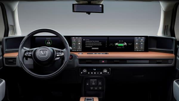 L'intérieur proposera une architecture inédite composée de 2 écrans tactiles, un écran des compteurs et deux écrans pour les rétro-caméras.