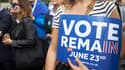 """Une pro-""""Bremain"""" tenant un panneau appelant à voter pour le maintient du Royaume-Uni dans l'Union européenne jeudi"""