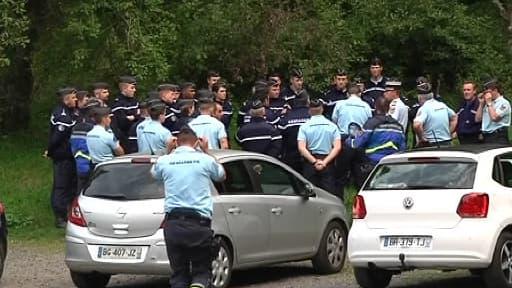 Les enquêteurs sur les lieux des recherches, dans la forêt d'Aydat, vendredi dernier près de Clermont-Ferrand.