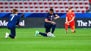 Kylian Mbappé et Antoine Griezmann ont posé le genou à terre avant le match amical face au pays de Galles, le 2 juin dernier