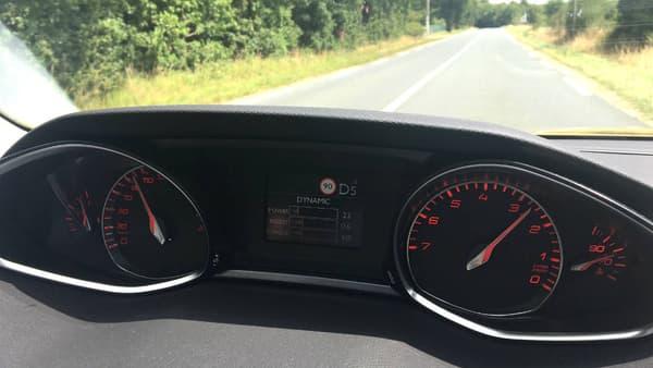 Les compte-tours inversés de la 308, en rouge, quand le mode Sport est activé.