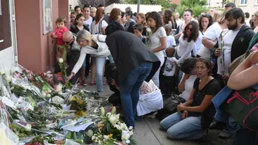 Des fleurs déposées devant l'école où Fabienne Terral-Calmès a été poignardée. Elle est décorée de la Légion d'honneur à titre posthume.