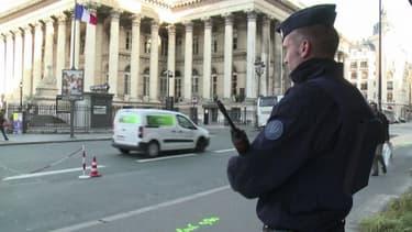 Gendarmes et policiers sont en faction devant tous les bâtiments officiels et les lieux jugés sensibles, comme les écoles confessionnelles ou lieux de culte.