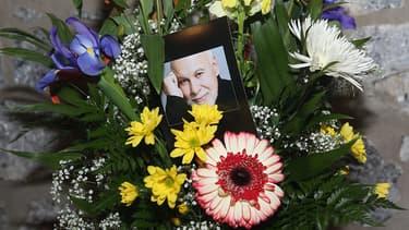 Une couronne de fleurs en hommage à René Angélil