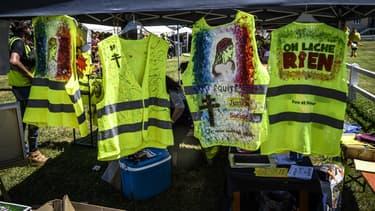 Gilets jaunes suspendus sur un stand de Montceau-les mines (Saône-et-Loire) le 29 juin, lors de la troisième assemblée du mouvement.
