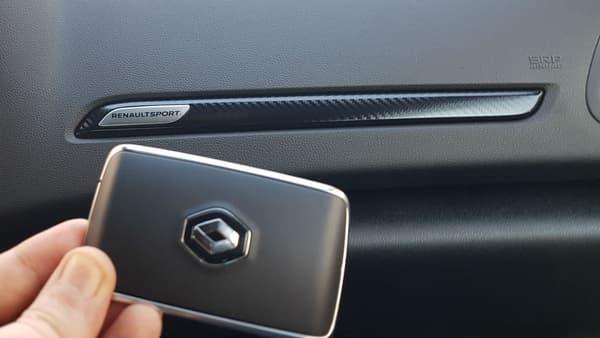 Une clé-carte avec le losange, comme la Mégane normale. Dommage de n'avoir pas au moins ajouté un petit RS...