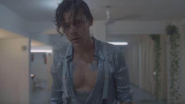 Harry Styles dans le clip Lights up