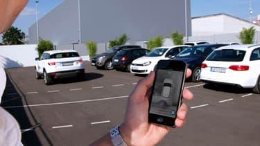 Avec le système Valeo de voiturier automatique, une seule pression sur votre smartphone suffira pour que votre auto se gare seule.