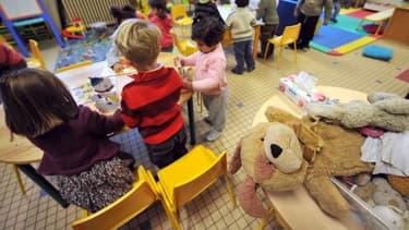 Des enfants d'une classe maternelle effectuent des activités ludiques sous la surveillance d'une enseignante, le 28 novembre 2008. (Photo d'illustration)