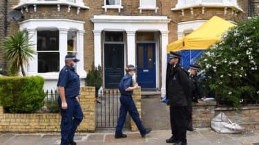 Les policiers au cours d'une perquisition dimanche dans le nord de Londres.