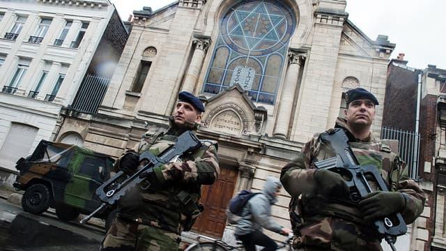 Des militaires français en faction devant une synagogue à Lille, le 13 janvier 2015.