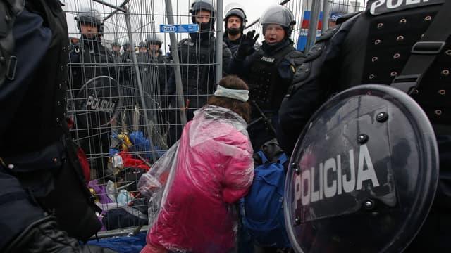 Des réfugiés passent la frontière entre la Croatie et la Slovénie, le 19 octobre, en fin de journée.