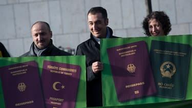 """Au centre, Cem Oezdemir, co-dirigeant du parti écologiste """"Die Grünen"""". Né en Allemagne, fils de Turcs d'Anatolie, il a obtenu la nationalité allemande en 1983. 11 ans plus tard, il fut le premier citoyen d'origine turque à être élu au Parlement."""