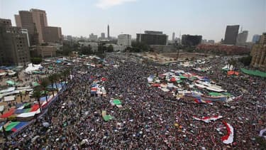 Des milliers de manifestants restent rassemblés place Tahrir, au Caire, dans l'attente fiévreuse des résultats de l'élection présidentielle, cinq jours après la fin des opérations de vote en Egypte. /Photo prise le 22 juin 2012/REUTERS/Amr Abdallah Dalsh