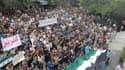 Alors que des manifestants syriens sont descendus dans la rue après la prière du vendredi, ici près d'Idlib, la Russie et l'Union européenne ont fait circuler deux projets de résolution distincts à l'Onu. Tous deux autorisent le déploiement de 300 observa