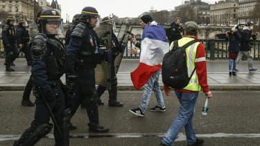 Des gilets jaunes repoussés par les forces de l'ordre à Paris le 22 décembre 2018. Photo d'illustration