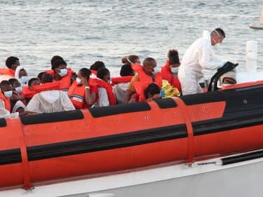 Des migrants transférés au port de Lampedusa, en août 2020 (illustration)