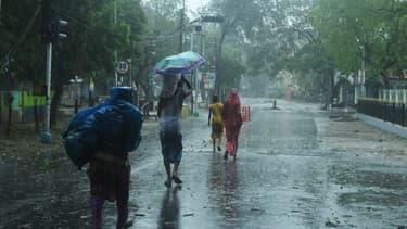 Des résidents marchent jusqu'à un abri avant l'arrivée prévue du cyclone Amphan à Digha, au Bengale occidental, le 20 mai 2020.