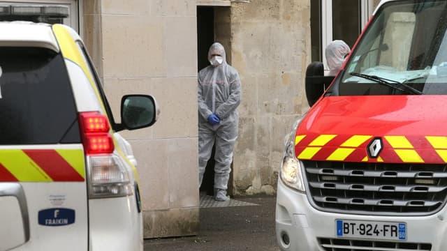 Les services de secours dans la commune de Crépy-en-Valois dans l'Oise, l'une des plus touchées de France par le coronavirus.