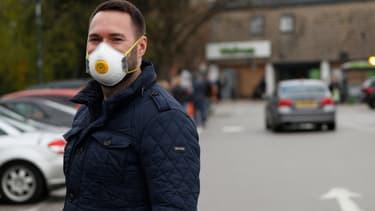 Un homme porte un masque de protection dans le sud de Londres, le 29 mars 2020.