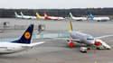 Sur le tarmac de l'aéroport allemand de Cologne-Bonn. Le trafic aérien restait très perturbé vendredi en Europe du Nord et de l'Ouest en raison du nuage de cendres formé après l'éruption d'un volcan en Islande. /Photo prise le 16 avril 2010/REUTERS/Wolfga
