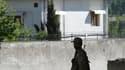 Militaire pakistanais montant la garde devant la résidence d'Abbottabad, où Oussama ben Laden a été tué par un commando américain dans la nuit du 1er au 2 mai. Selon Barack Obama, le fondateur d'Al Qaïda a très vraisemblablement disposé d'appuis au Pakist