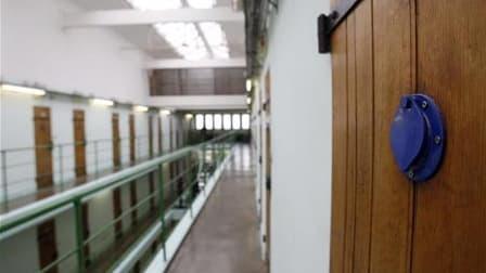 Le député Eric Ciotti, chef de file de l'aile sécuritaire de l'UMP, envisage de déposer cet été une proposition de loi sur l'exécution des peines de prison, en se fondant sur un rapport qu'il a remis mardi à Nicolas Sarkozy. Ce document, qui chiffrait au