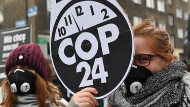 Des manifestants aux abords de la COP24 à Katowice, le 8 décembre 2018.