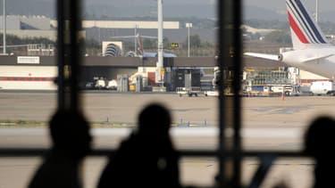 L'homme travaille à la plateforme ouest de l'aéroport d'Orly.