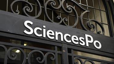 Le logo de la prestigieuse université française Sciences Po représenté au-dessus de l'entrée principale de l'université, le 18 avril 2018 à Paris. (Photo d'illustration)