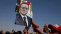 Portrait de Hosni Moubarak brandi par un manifestant devant le tribunal du Caire où était jugé l'ancien président égyptien. Hosni Moubarak a été condamné samedi à la prison à vie. /Photo prise le 2 juin 2012/REUTERS/Suhaib Salem