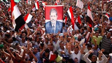 Des partisans de Mohamed Morsi brandissent son portrait place Tahrir, au Caire.