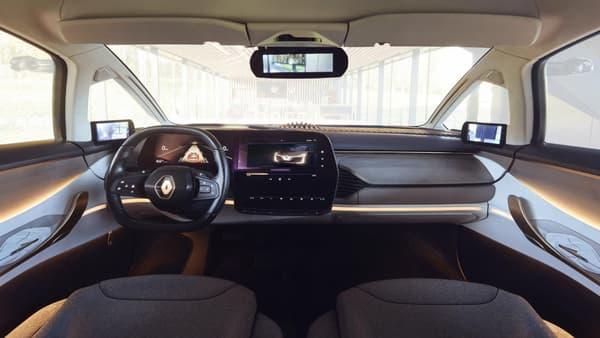 Renault a vraiment travaillé l'intérieur, avec un panneau de bois qui masque la vitre arrière pour abriter les haut-parleurs Deviallet, du tissu enveloppant pour les sièges ou un gigantesque écran LG haute définition en forme de L.