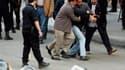 """Un manifestant arrêté par des policiers en civil dans les rues du Caire. Au lendemain de la """"journée de colère"""" sans précédent contre le pouvoir du président Hosni Moubarak, de nouvelles manifestations ont eu lieu mercredi en Egypte, en dépit de leur inte"""