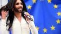 Conchita Wurst, le chanteur autrichien travesti, s'est produit ce mercredi en début d'après-midi devant le Parlement européen de Bruxelles.