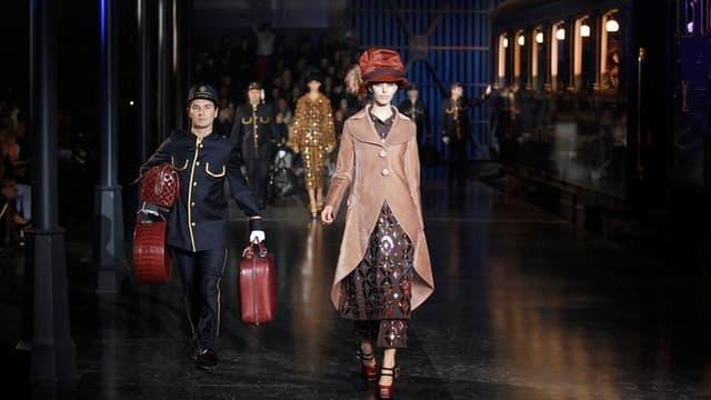 Au dernier jour des défilés parisiens de prêt-à-porter, Louis Vuitton a posé ses valises mercredi sous les arches métalliques d'un gigantesque hall de gare pour présenter une collection automne-hiver 2012-2013 faite de précieuses voyageuses en costume tro