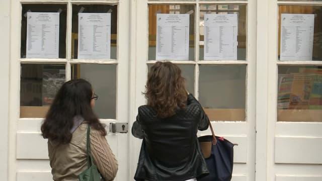 Deux étudiants regardent les résultats du baccalauréat (image d'illustration)