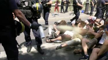 Image extraite d'une des vidéos diffusées sur les réseaux sociaux, dans laquelle des CRS utilisent du gaz lacrymogène sur des manifestants au sol.