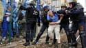 La police a évacué par la force environ 2.500 infirmiers anesthésistes qui bloquaient les voies de la gare Montparnasse, à Paris, afin d'obtenir d'être reçus par la ministre de la Santé. Les anesthésistes protestent depuis plus de deux mois contre un prot