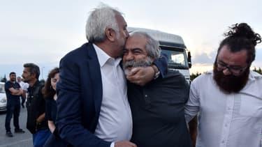 Le journaliste et professeur d'économie turc Mehmet Altan, à sa libération le 27 juin 2018 devant la prison de Silivri, près d'Istanbul.