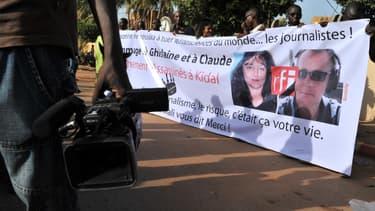 Des journalistes maliens ont organisé une marche en hommage aux deux journalistes français tués, lundi, à Bamako.