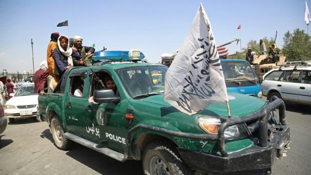 Des talibans patrouillent dans les rues de Kaboul, le 16 août 2021 en Afghanistan